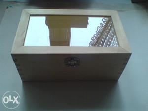 Drvena kutija / škrinja za nakit ili slično