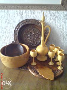 Posude, činije, tanjiri, drveni ibrik, čaše, rezbarija