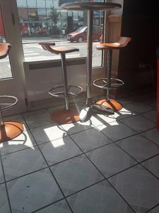 Visoki stolovi 4 komada i 16 stolica sve od inoxa