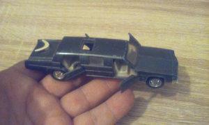 Stariji metalni autić produženi 13 cm fali 1 točkić