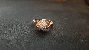 Zlatni prsten sa kristalima