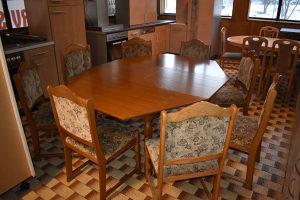 Stol i 8 stolica Velicina stola 120x135 cm ( 175x135 cm sa razvlacenjem)  Cijena u kompletu 550 km
