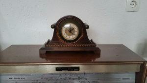 Drveni stoni sat ispravan komodni sat