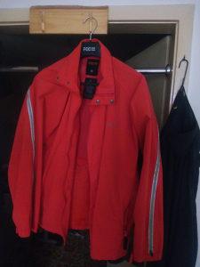sportska jakna bez tragov korištenja