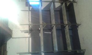 Metalna stalaza sa drvenim policama