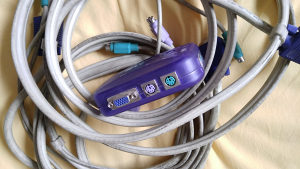 kvm switch 2 port sa dva visokokvalitetna kvm kabla