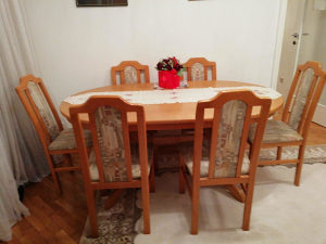 Trpezarijski sto i šest stolica