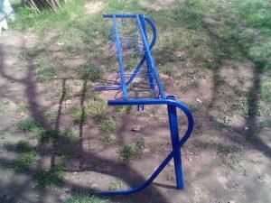 Prodajem metalnu konstrukciju za skolski sto