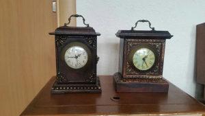 Starine antikviteti drveni stoni sat ispravan