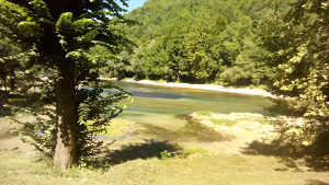 Kuca sa izlazom na rijeku Unu u Kostelima