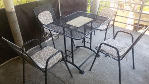 Garnitura metalnih stolica i sto