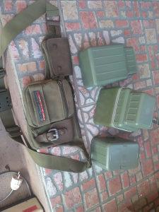 vojna lovacka torbica i dvije cuturice plasticne