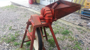 Mlin za traktor mljevenje žitarica i klasa sa otučkom
