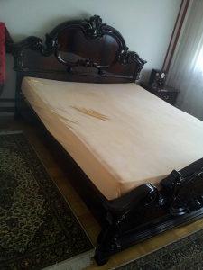 Krevet i noćni stolić