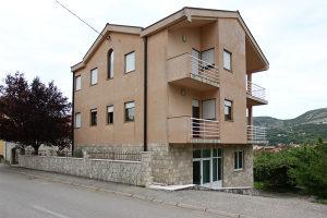 Kuća sa poslovnim prostorom i dva stana u Cimu