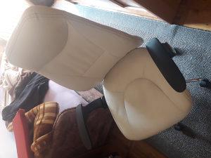 kompjuterska fotelja u bjeloj kozi