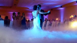 Niski dim i baloncici prskalice vjenčanja rasvjeta ples