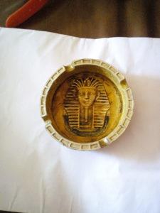 Pepeljara antikvitet sa gravurom Faraona