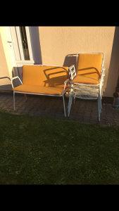 4 metalne stolice i dvosjed sa pometacima