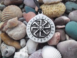 Kolovrat sa runskim pismom ogrlica,Rune simbol