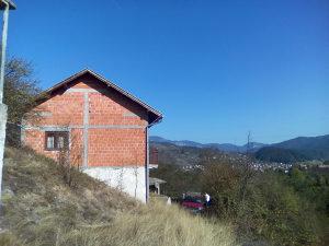Kuću i 150 m2 dvorišta