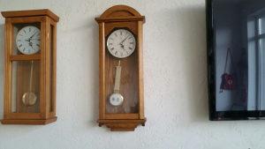 Drveni zidni sat sa klatnom ispravan