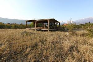 Prodaje se zemljište sa ruševnom kućom u Kutilivču