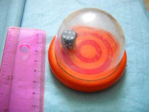 Kockica u plastičnoj kupoli