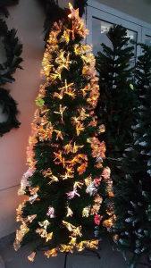 Božićno drvce sa svjetlećim vrhovima